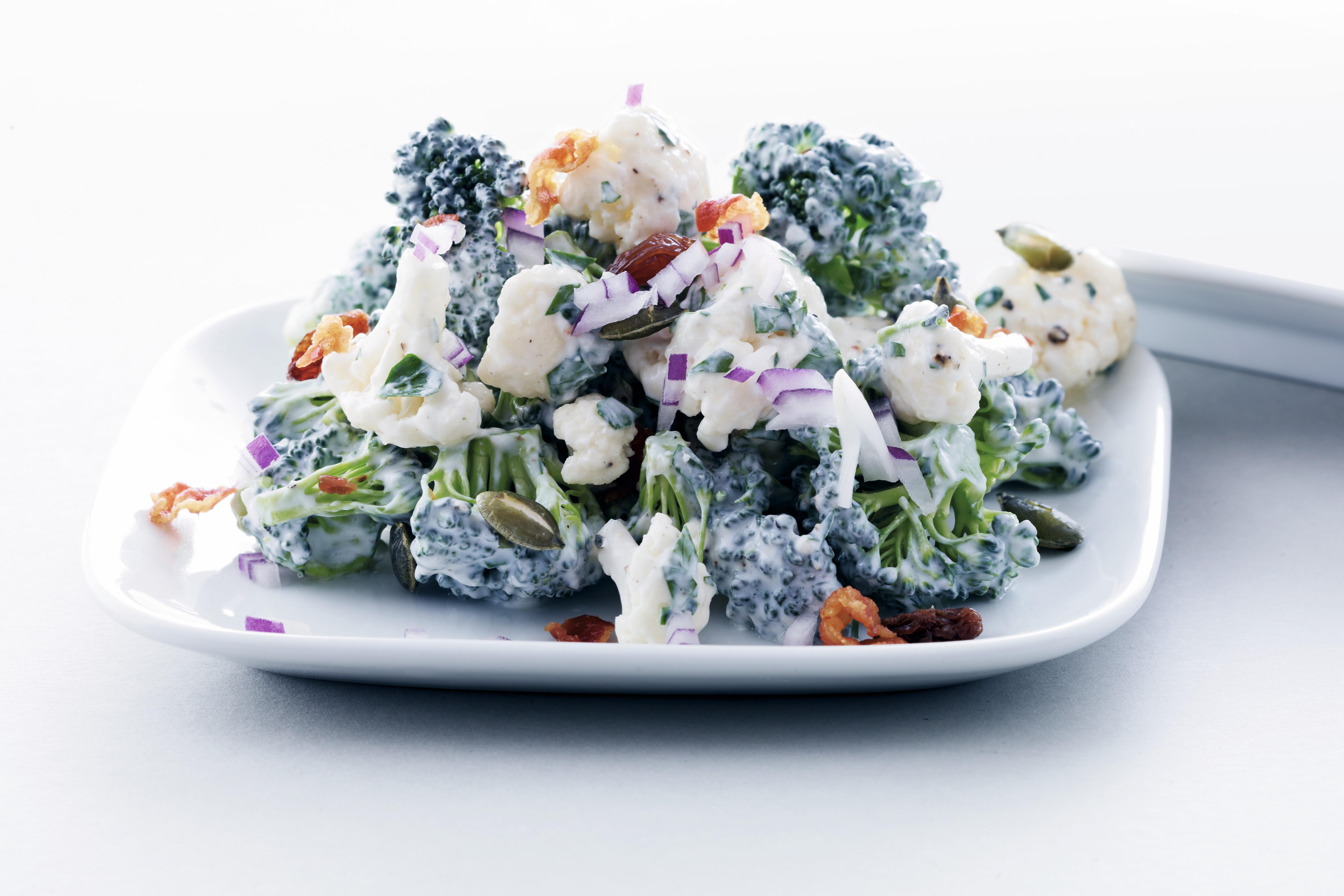 broccolisalat med bacon og rødløg