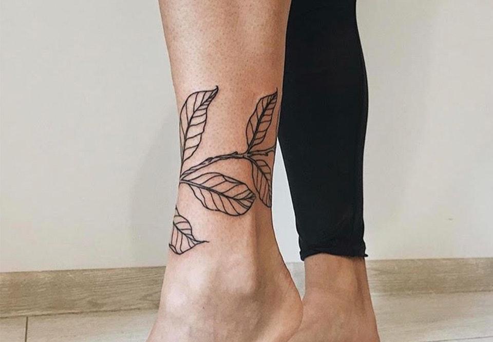 blomster tatoveringer på ben