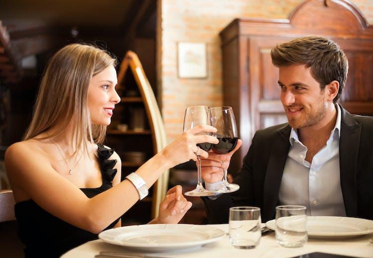 Tegn på, at du daterer en genert fyr