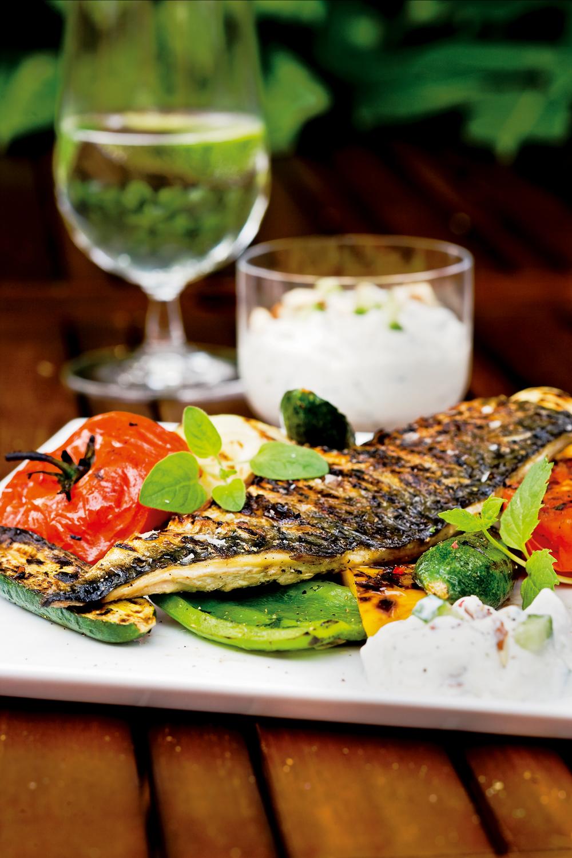 Opskrift - Grill: Makrel med skind, raita og grillede grønsager   Aktiv Træning