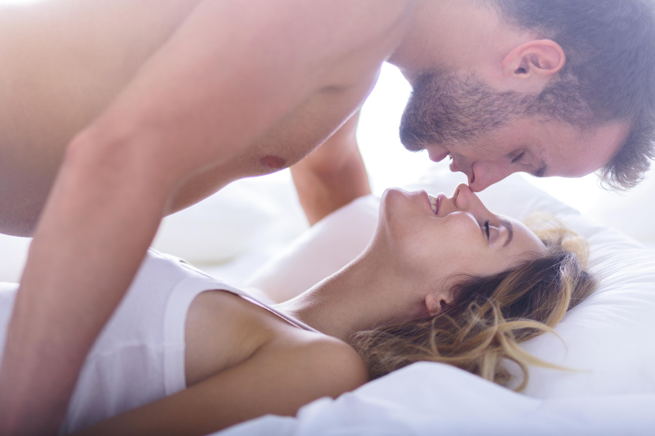 Фото романтика секс, Нежный секс романтичной парочки в спальне порно фото 23 фотография