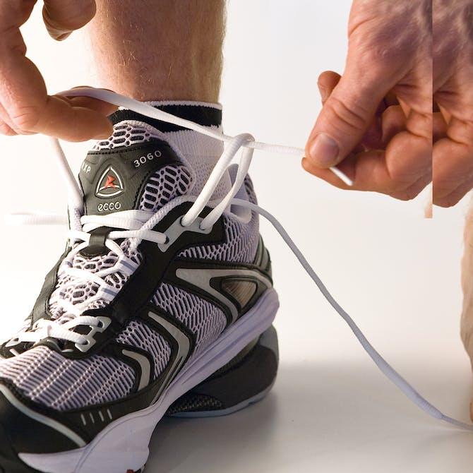 10b8afbc Træk nu højre snørebånd gennem den venstre løkke. Gentag proceduren ovre på  den anden side. Stram snørebåndene, og bind din ...