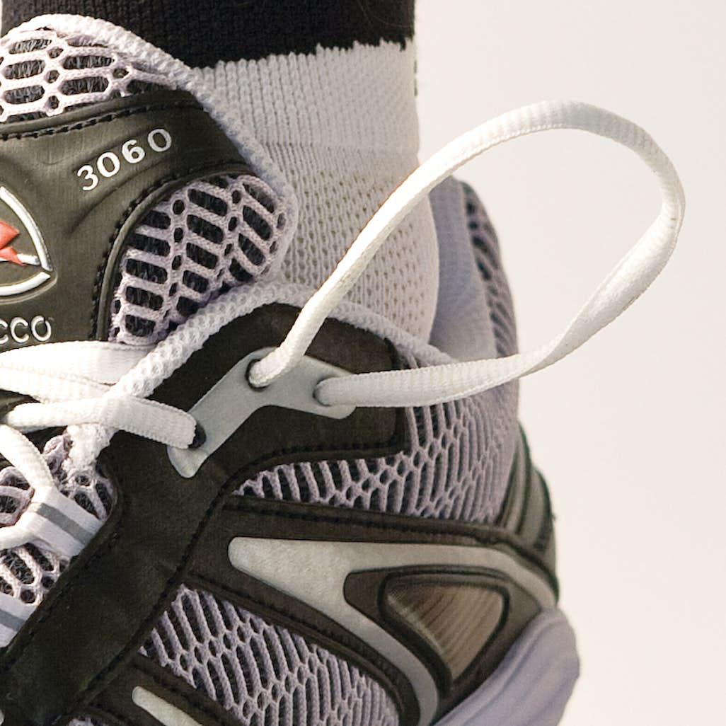 52a3b4fb97d 1) Snöra skon som vanligt upp till skons näst översta snörningshål. Dra  snöret genom det översta asymmetriskt placerade hålet på samma sida.