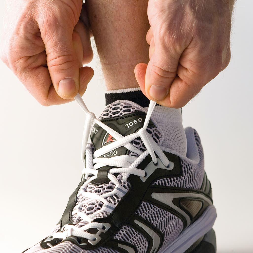 7ad4c05cbb6 2) Gör motsvarande låsning på andra sidan. Korsa sedan skosnöret och för  det genom öglan på andra sidan. Gör likadant på bägge sidor.