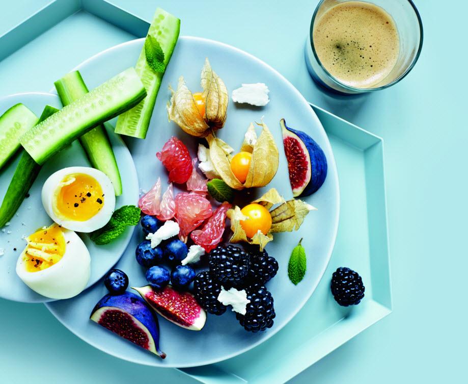 Smilende æg med frugtsalat og gedeost | Iform.dk