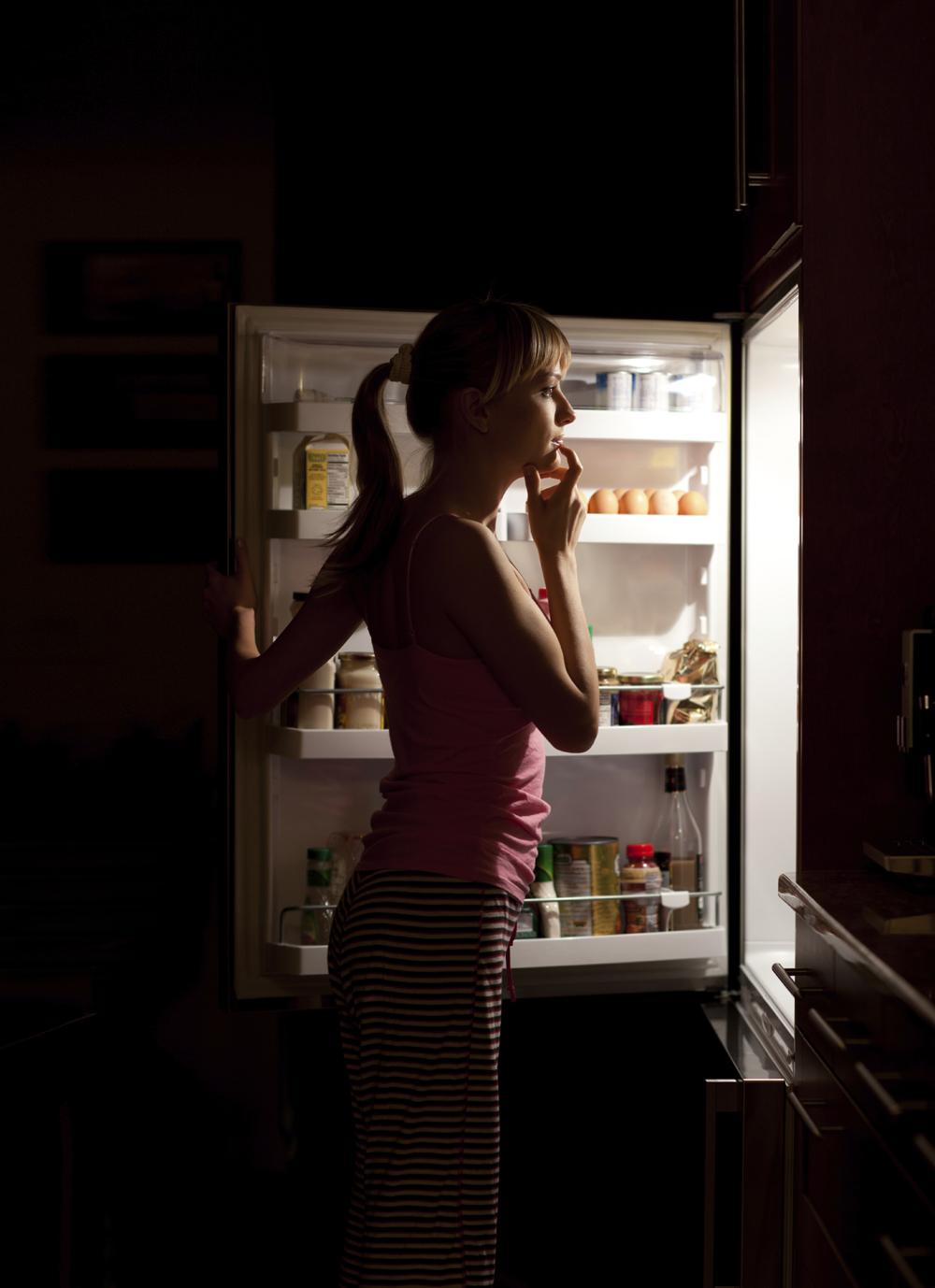 фото думает ночью у холодильника заключает себе монтаж