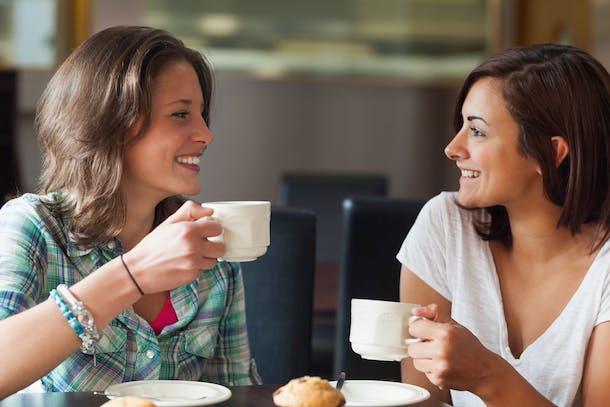 Kvinder drikker kaffe