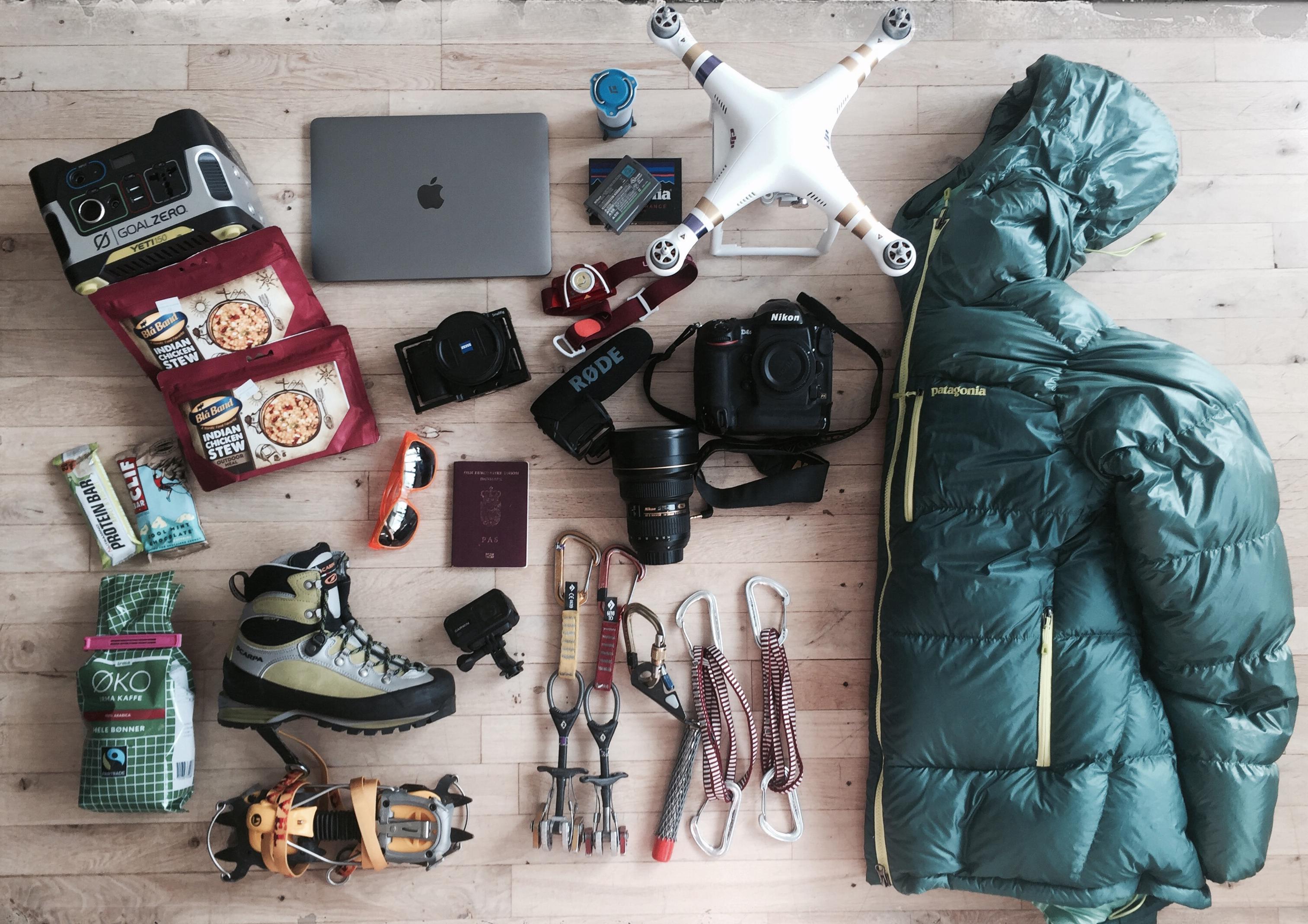 Friluftsfotografen visar sin fotoväska | Digitalfotoforalla.se