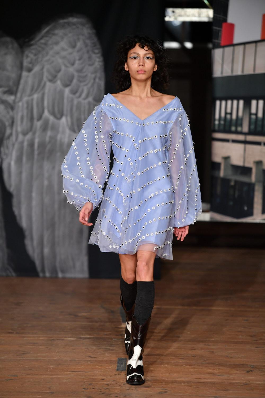 Hvordan man bærer en kjole med støvler?