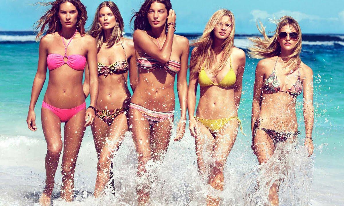 группа девушек на пляже повторил