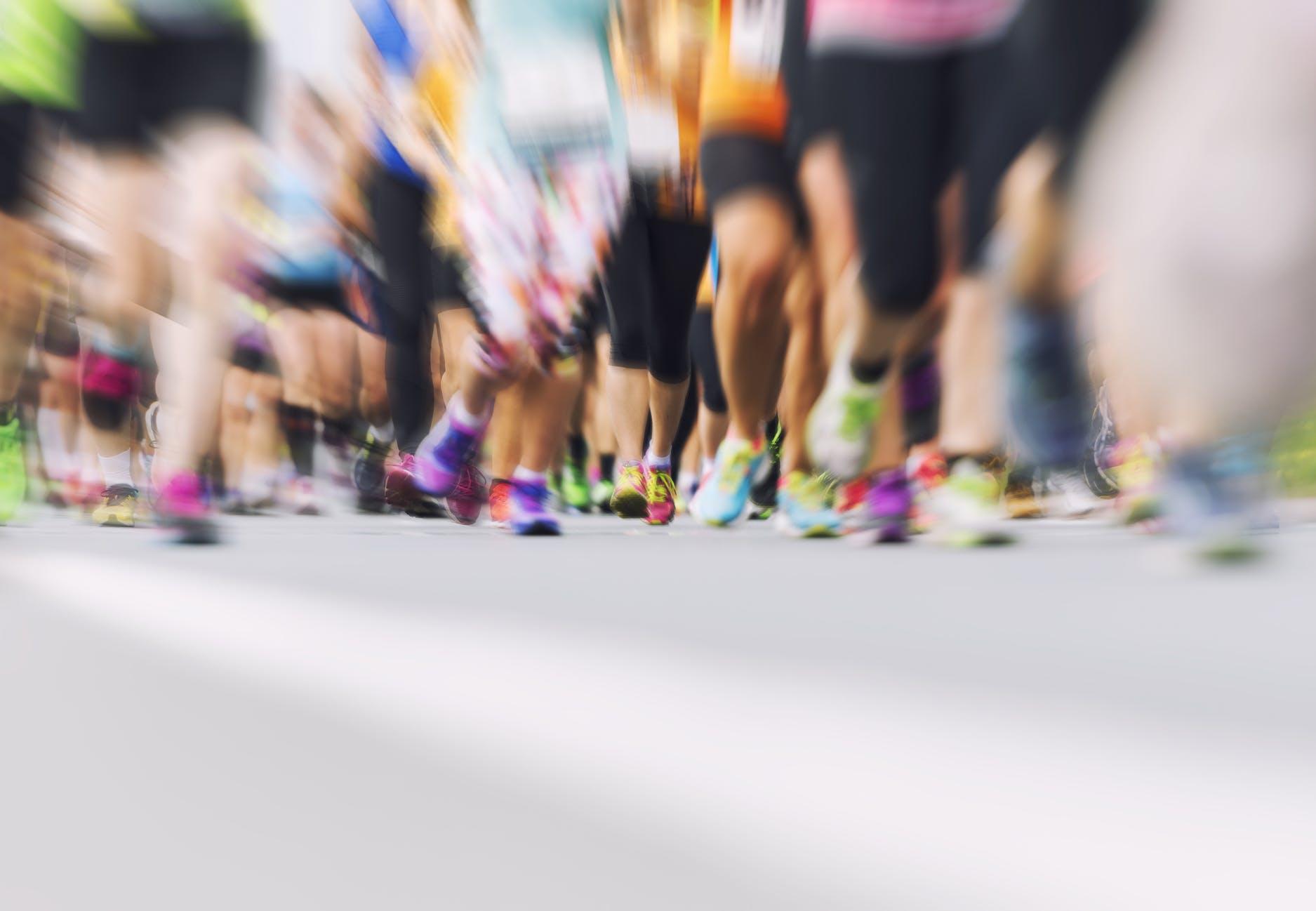 Video: Imponerende ny verdensrekord for halvmarathon iført jakkesæt | Aktiv Træning