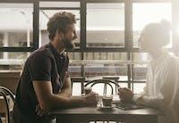 Hvad man skal vide, før de daterer en udadvendt introvert