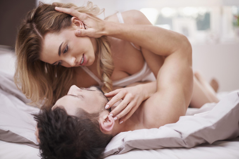 Секс ночью в постели, Супружеская пара вечером тратит остатки сил на 16 фотография