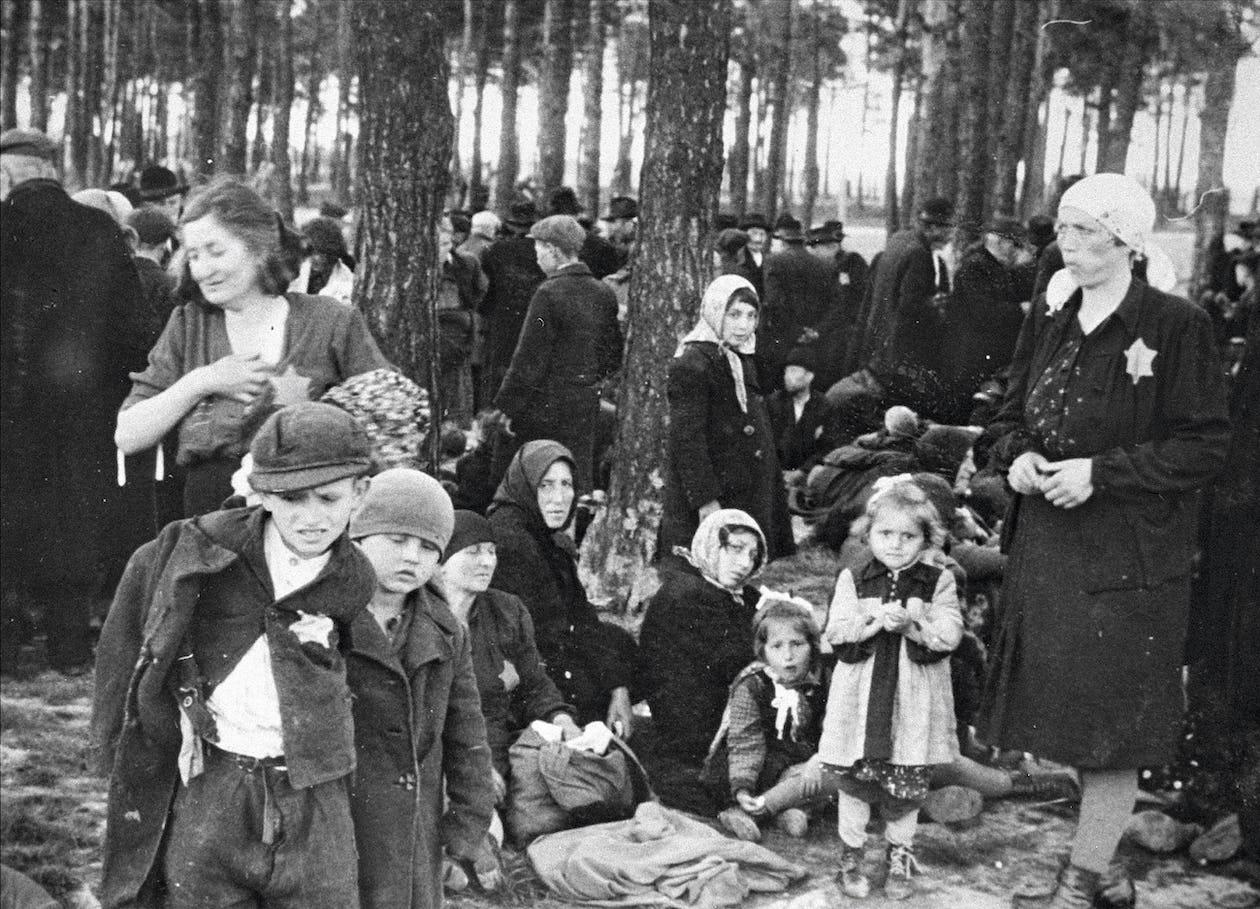 Ungerska judar i Auschwitz väntar på att gasas – ett öde de var omedvetna om