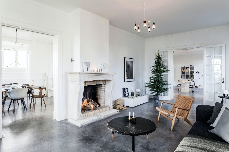 Stue med peis og designmøbler, sobert julepyntet
