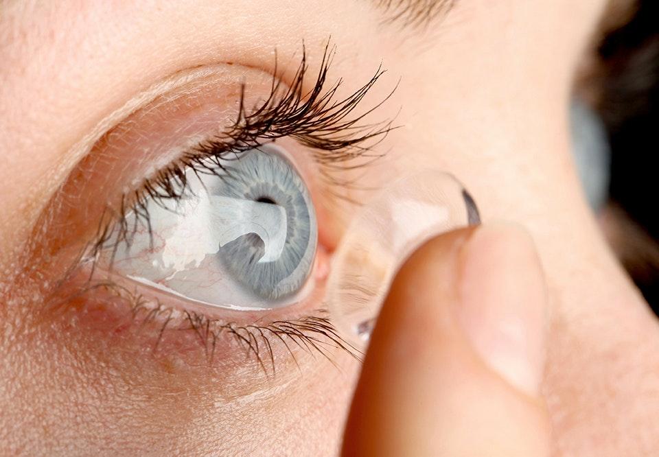 kontaktlinse sidder fast