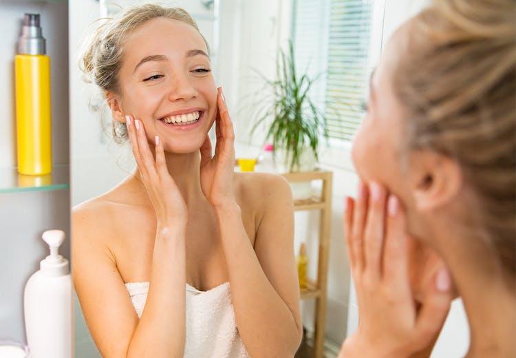 6c79fcc7e242 Kvinde plejer ansigt på badeværelse