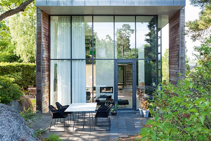 Arkitekt byggede sin egen drømmebolig med store glasfacader i Oslos smukke natur | Bobedre.dk