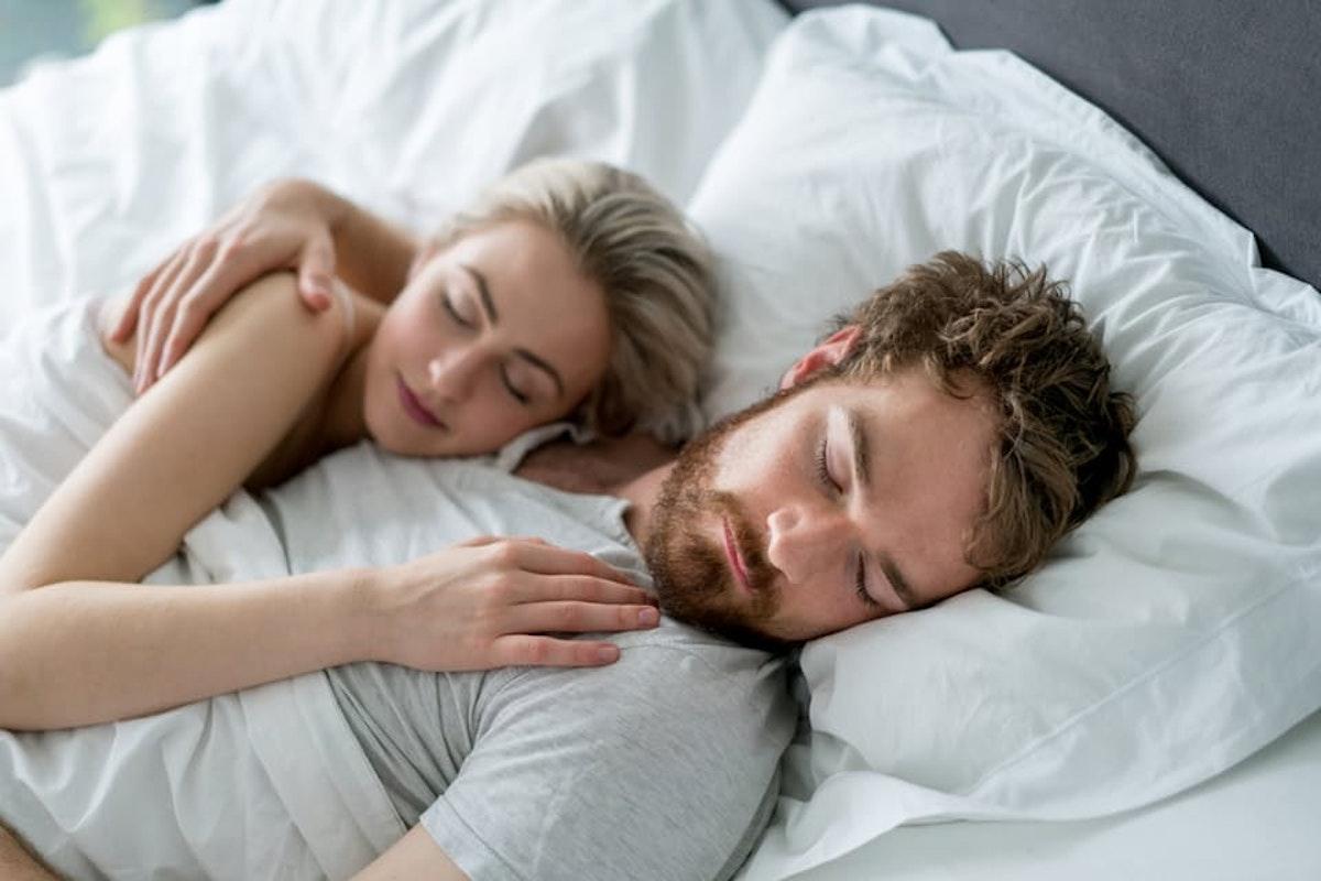 Berøre kvinner mens flørting