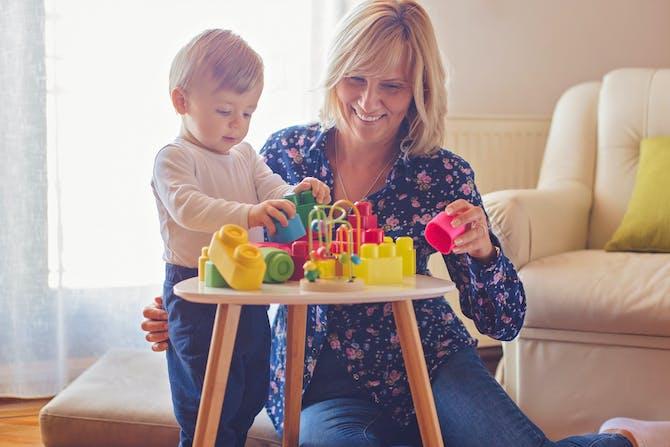 e7ece06af1e En mormor leger med sit barnebarn. Hun glæder sig til at vise alt dit ...