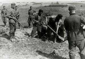 Partisaner graver sina egna gravar ostfronten andra varldskriget xwep 1 smjwaxtnkl1t va