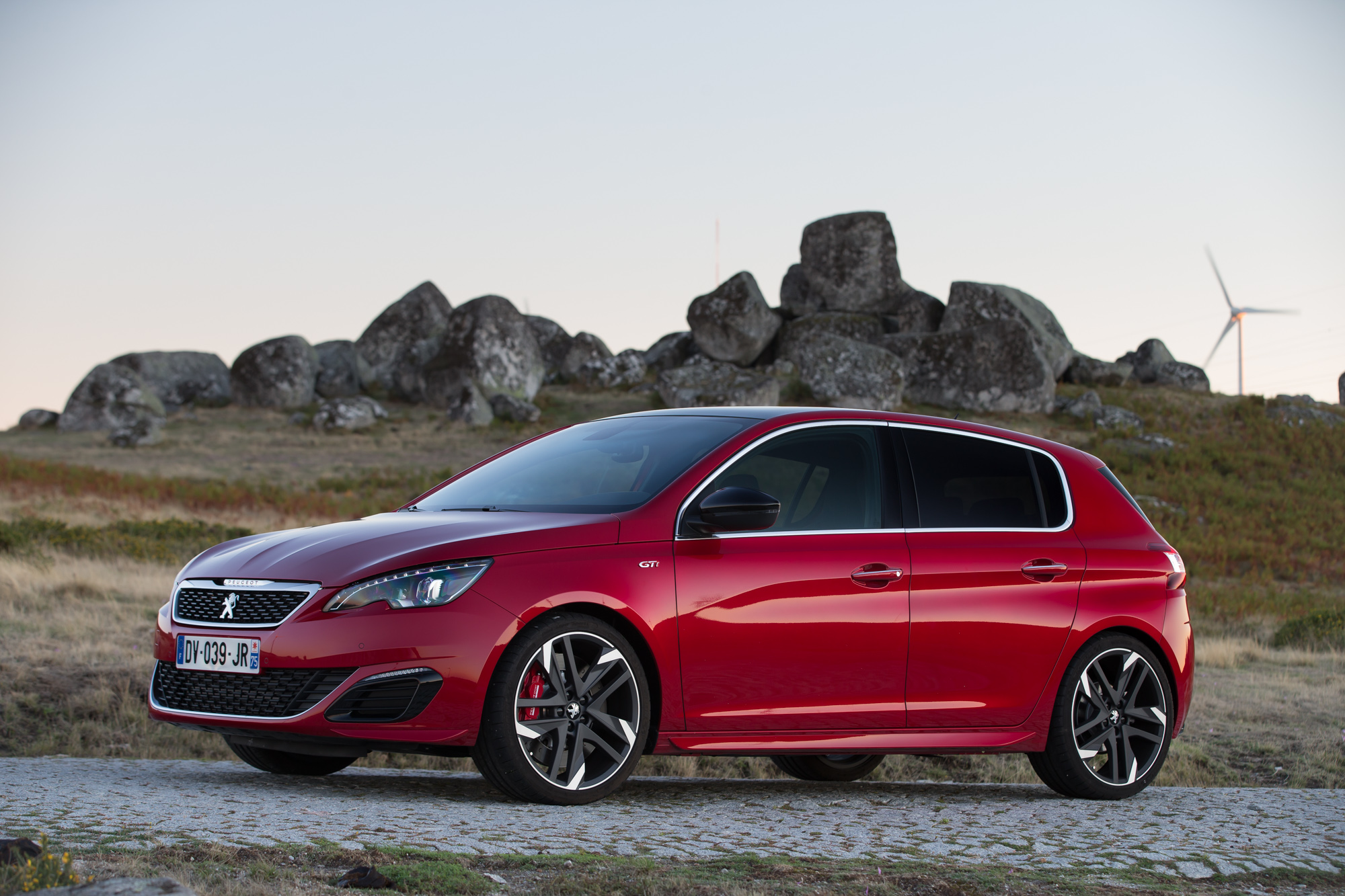 Bil magasinet har testet den nye peugeot 308 gti i for Garage peugeot portugal