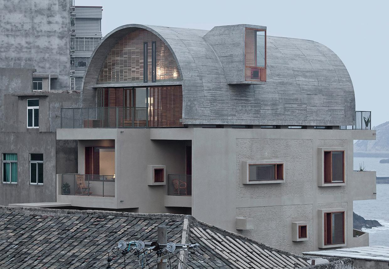 nyrenoveret kinesisk kysthus f r smukt hv lvet betontag. Black Bedroom Furniture Sets. Home Design Ideas