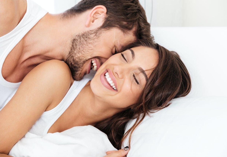 pillun venytystä mies ja nainen sängyssä