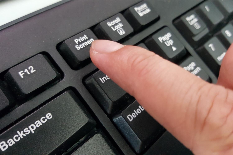 Hur ansluter du två bildskärmar till en PC