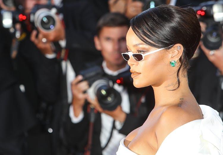 d0552ae518a6 Rihanna i smalle briller og skørt modetøj