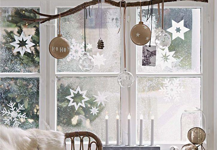 julepynt med lys til vinduet